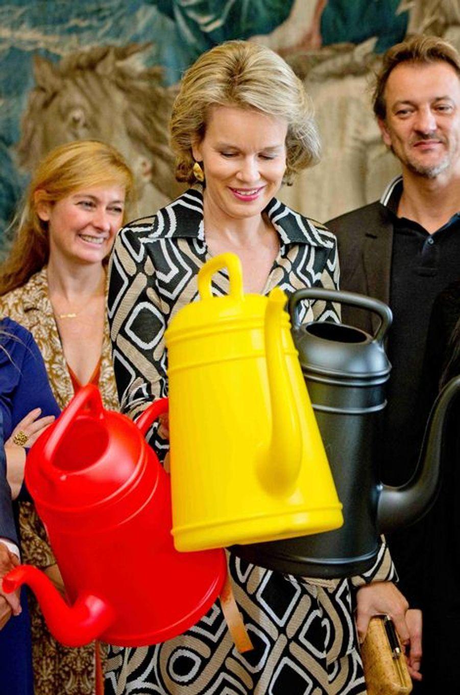 Bien embêtée Mathilde de Belgique avec ses arrosoirs !, à Bruxelles, le 16 octobre 2014