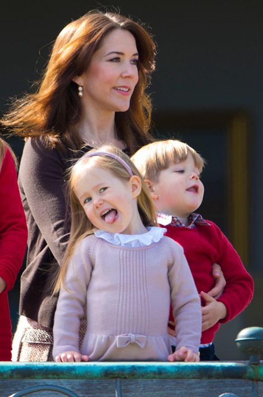 C'est si drôle de tirer la langue aux photographes, quand maman la princesse Mary de Danemark ne regarde pas, à Aarhus le 16 avril 2014