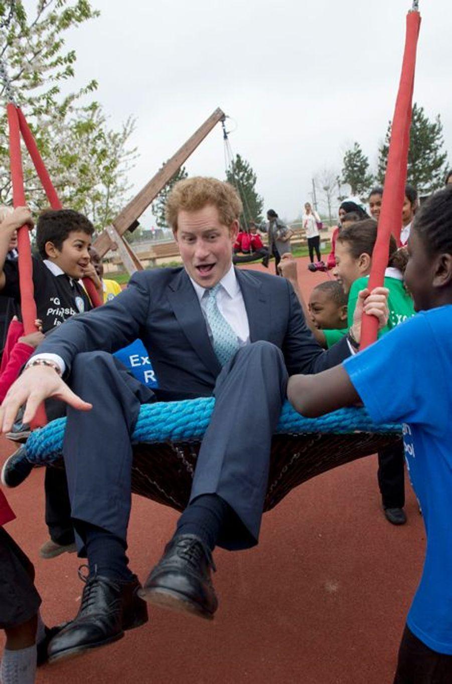 Ca balance pas mal pour Harry, à Londres le 4 avril 2014