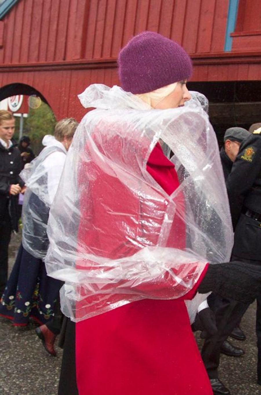 Curieuse tenue de pluie pour Mette-Marit de Norvège, à Moskenes, le 10 septembre 2014