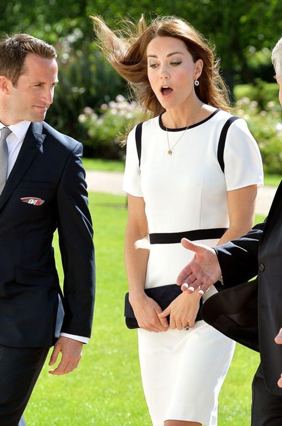 Décidément, Kate a bien des soucis avec le vent, à Londres le 10 juin 2014