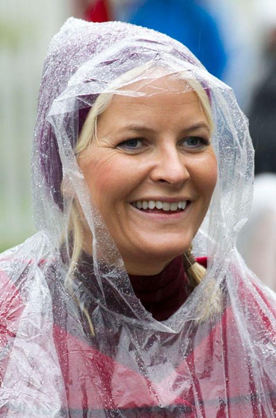 Il pleut, Mette-Marit de Norvège a la solution, à Moskenes, le 10 septembre 2014