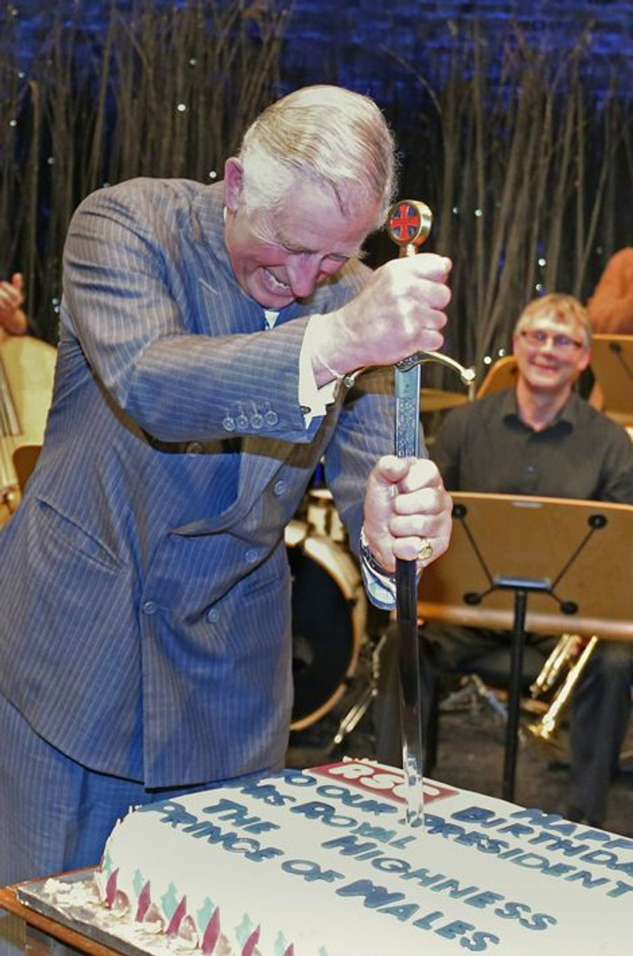 Le prince Charles, c'est à l'épée qu'il coupe son gâteau, à Stratford upon Avon, le 14 novembre 2014