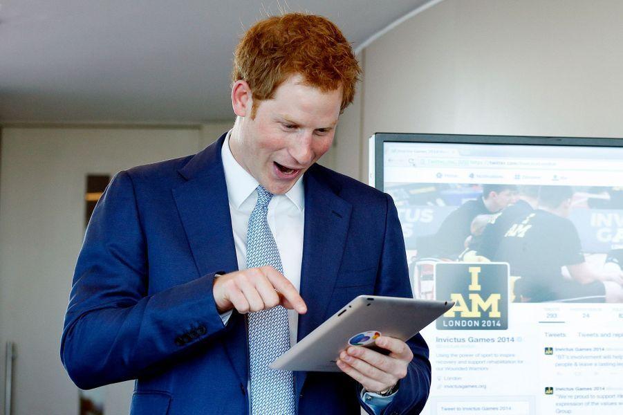 Mais qu'a vu Harry sur sa tablette ?, à Londres le 15 mai 2014