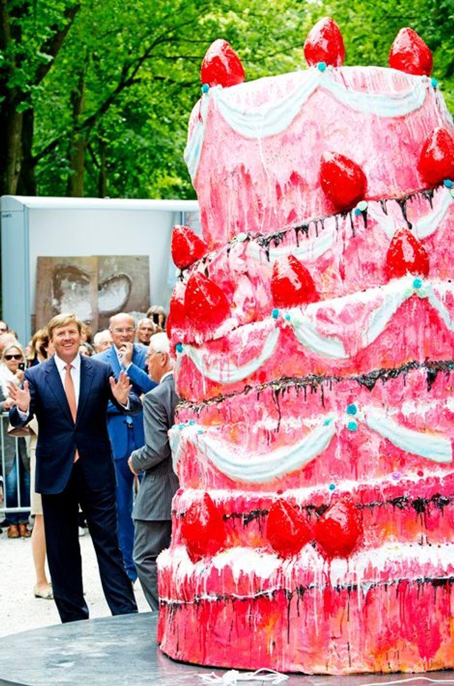Oh le beau gâteau, Willem-Alexander des Pays-Bas n'en revient pas, à La Haye, le 17 juin 2014