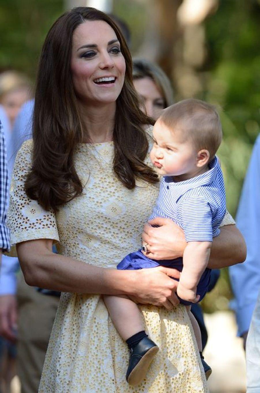 Pas content, Baby George, avec sa maman Kate à Sydney, le 20 avril 2014