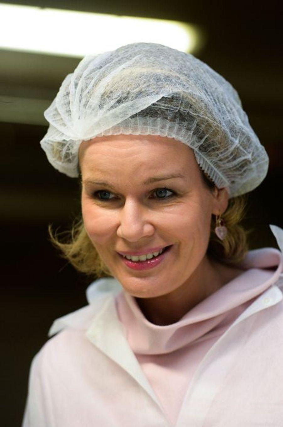 Pas un chapeau seyant pour Mathilde de Belgique, mais une charlotte, à Evere le 2 décembre 2014