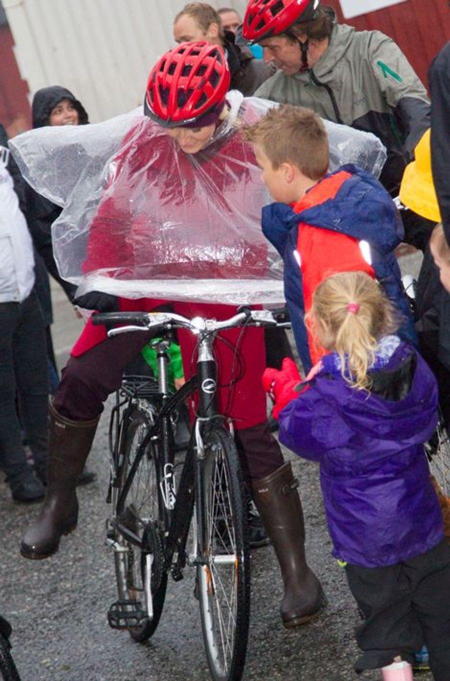Un petit tour en vélo pour Mette-Marit de Norvège, à Moskenes, le 10 septembre 2014