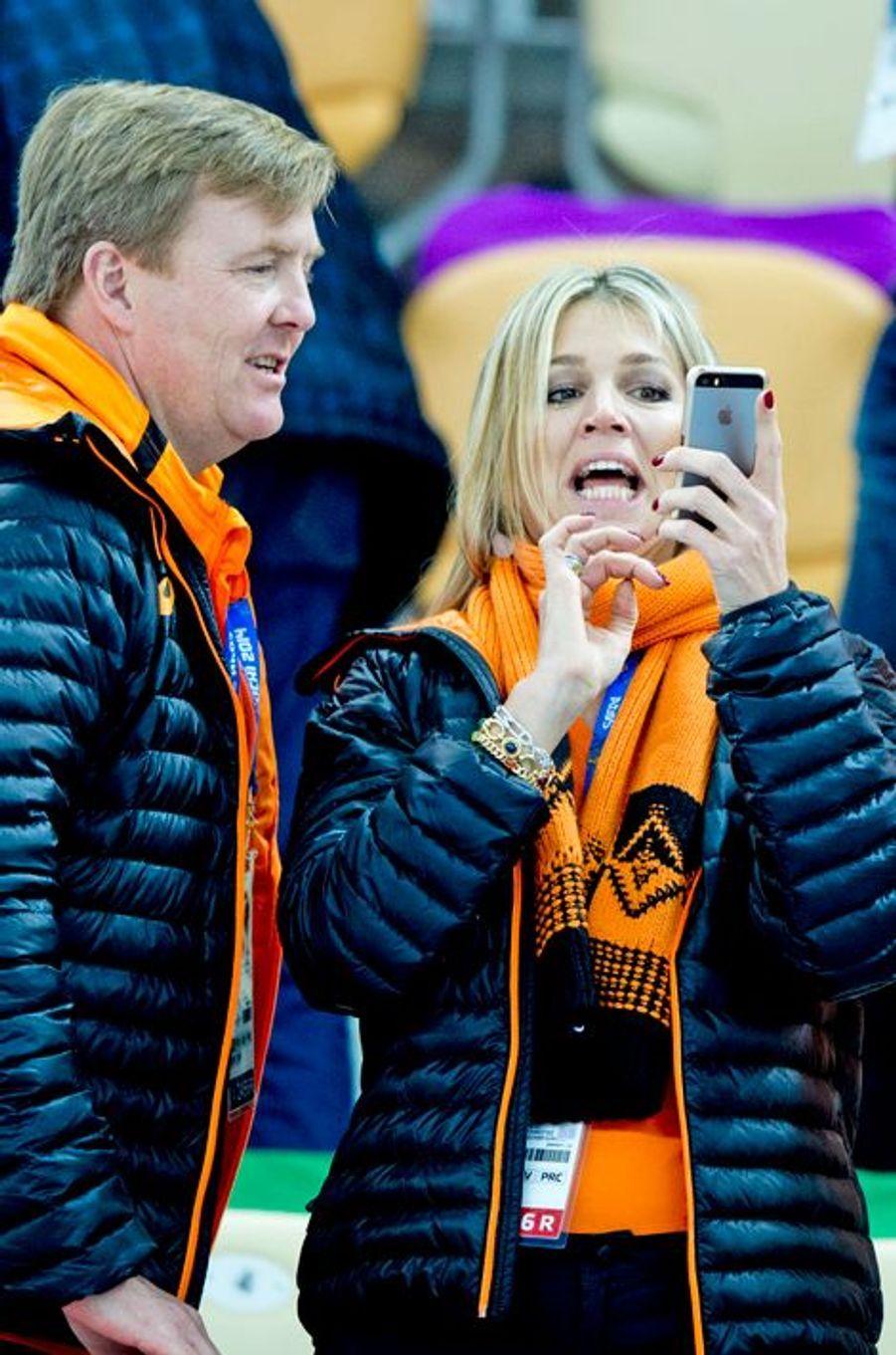 Willem-Alexender et Maxima des Pays-Bas : Tiens un iPhone !, à Sochi le 9 février 2014