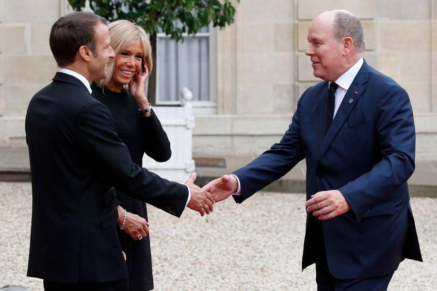 Le prince Albert II de Monaco avec Emmanuel et Brigitte Macron au Palais de l'Elysée à Paris, le 30 septembre 2019