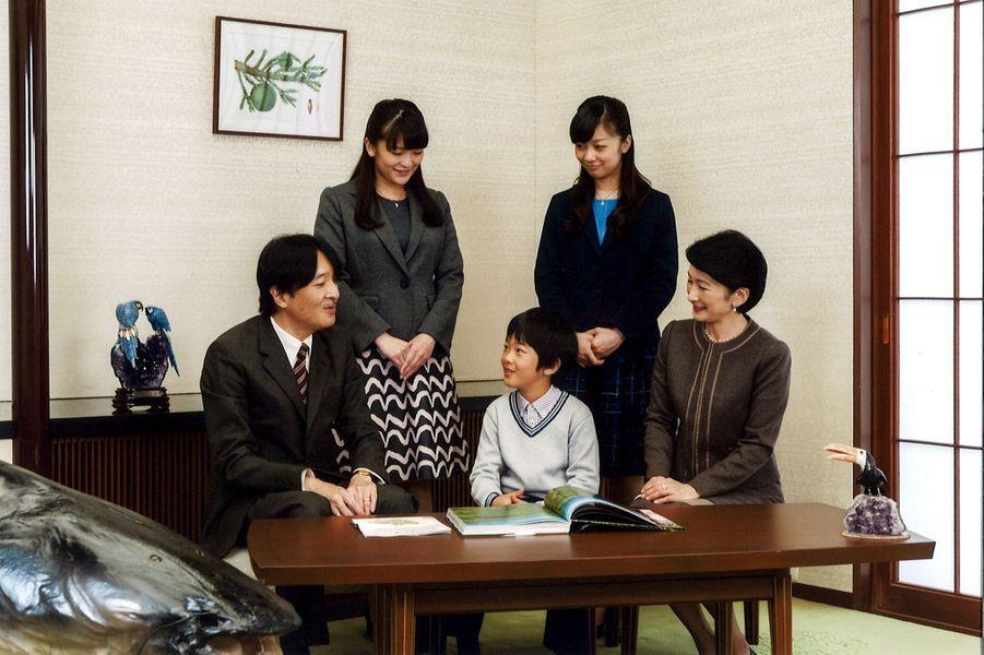 Le prince Akishino du Japon avec sa famille à Tokyo, le 15 novembre 2015
