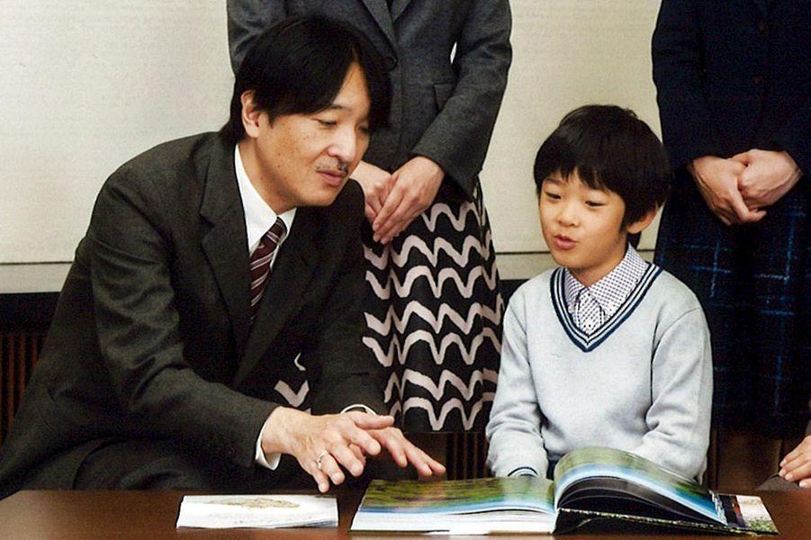 Le prince Akishino du Japon et son fils Hisahito à Tokyo, le 15 novembre 2015