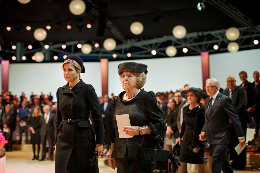 La reine Maxima des Pays-Bas et la princesse Beatrix à la commémoration de la catastrophe du vol MH17 à Amsterdam, le 10 novembre 2014