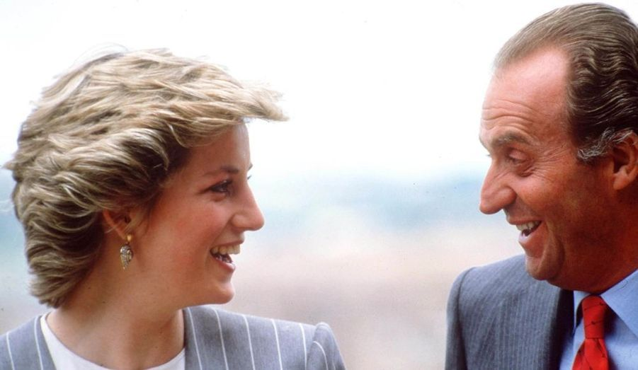 Alors qu'une journaliste espagnole affirme que le roi d'Espagne, grand séducteur, a fait la cour à la princesse de Galles, retour en images sur les rencontres entre Juan Carlos et Diana, notamment lorsque cette dernière et sa petite famille se rendaient en vacances à Majorque dans les années 1980.