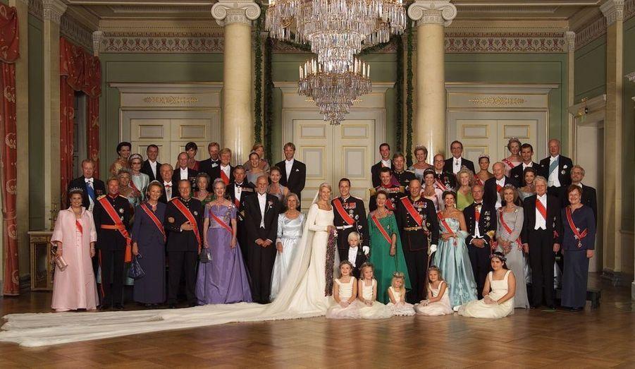 Le prince héritier de Norvège et sa princesse ont fêté leurs dix ans de mariage jeudi. Une cérémonie s'est tenue à la cathédrale d'Oslo en compagnie de leur enfants, du roi et de la reine, mais aussi de Victoria de Suède et du prince Daniel.