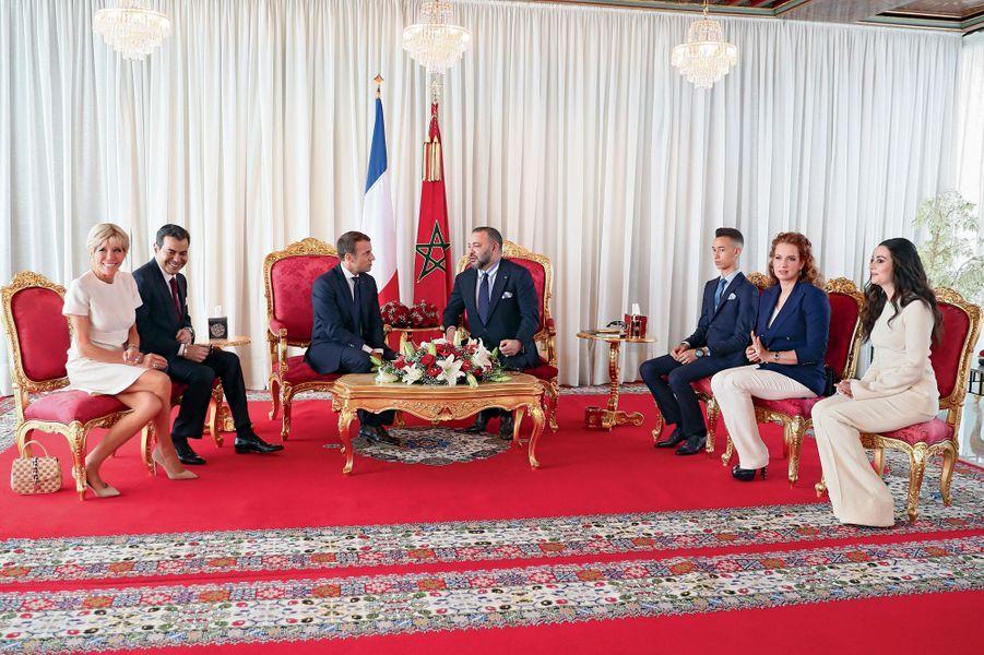 Mercredi 14 juin, dans le salon d'honneur du palais royal. De g. à dr. : Brigitte Macron, le prince Moulay Rachid, frère cadet du roi, Emmanuel Macron et Mohammed VI, le prince héritier Moulay El Hassan, sa mère la princesse Lalla Salma et Lalla Oum Keltoum, épouse du prince Moulay Rachid.