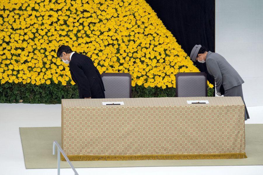 L'empereur du Japon Naruhito et l'impératrice Masako à Tokyo le 15 août 2020, lors de la cérémonie des 75 ans de la fin de la guerre du Pacifique