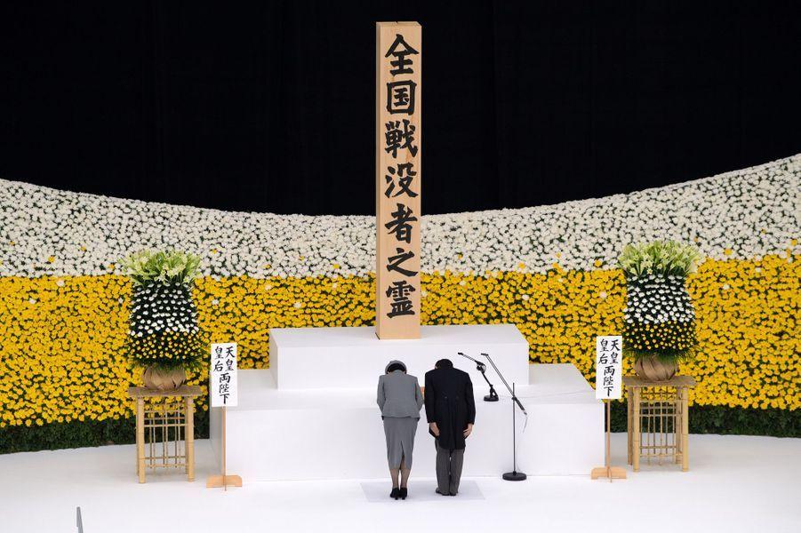 L'empereur du Japon Naruhito et l'impératrice Masako à Tokyo lors de la cérémonie des 75 ans de la fin de la Seconde Guerre mondiale, le 15 août 2020