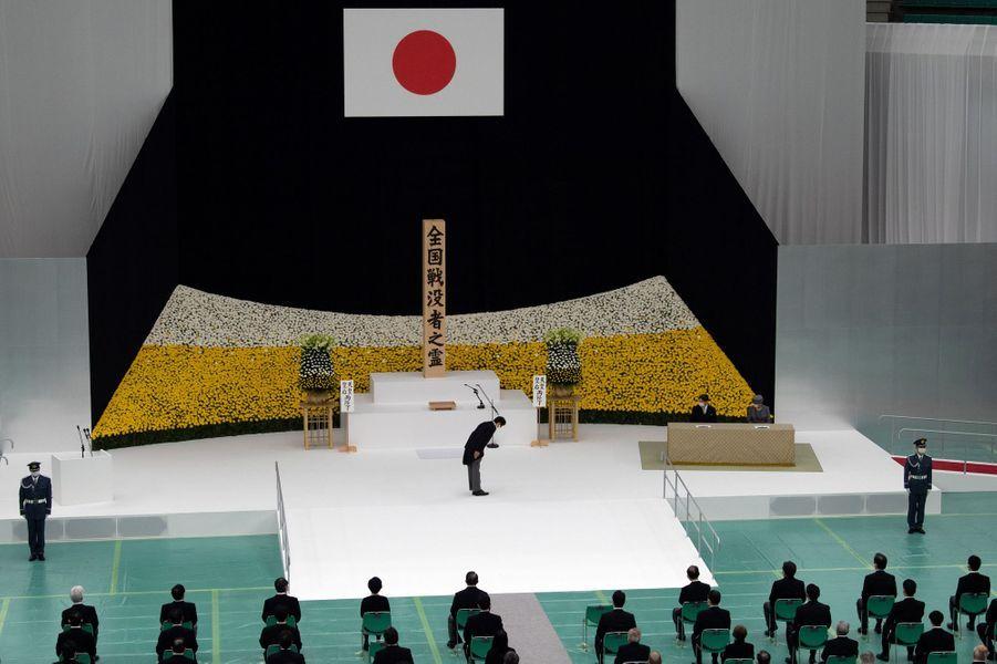 L'empereur du Japon Naruhito et l'impératrice Masako avec le Premier ministre Shinzo Abe à Tokyo, le 15 août 2020