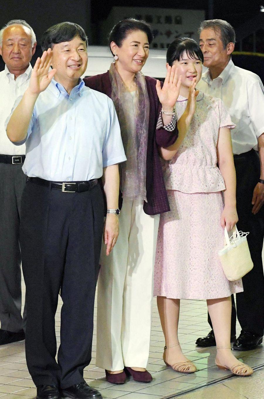 L'impératrice Masako, l'empereur Naruhito du Japon et la princesse Aiko à la gare de Shimoda, le 1er août