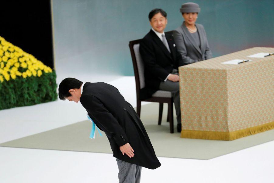 L'empereur Naruhito du Japon et l'impératrice Masako, avec Shinzo Abe, à Tokyo, le 15 août 2019