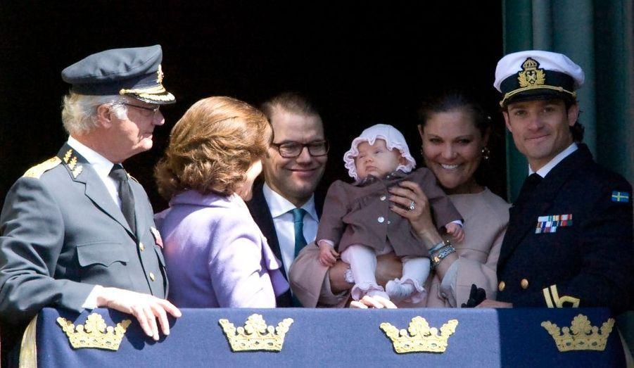 Carl XVI Gustaf a fêté ses 66 ans sous le regard de sa petite fille. Le roi de Suède est apparu au balcon du palais, à Stockholm, accompagné de sa famille, pour son anniversaire. Victoria et Daniel étaient bien sûr venus avec la petite Estelle, leur fille née en février dernier.