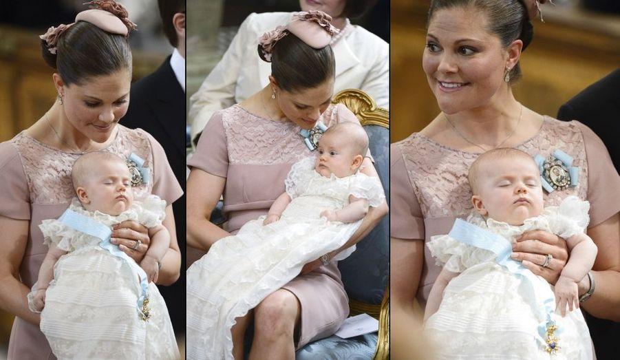 Estelle dans les bras de sa mère, au baptême