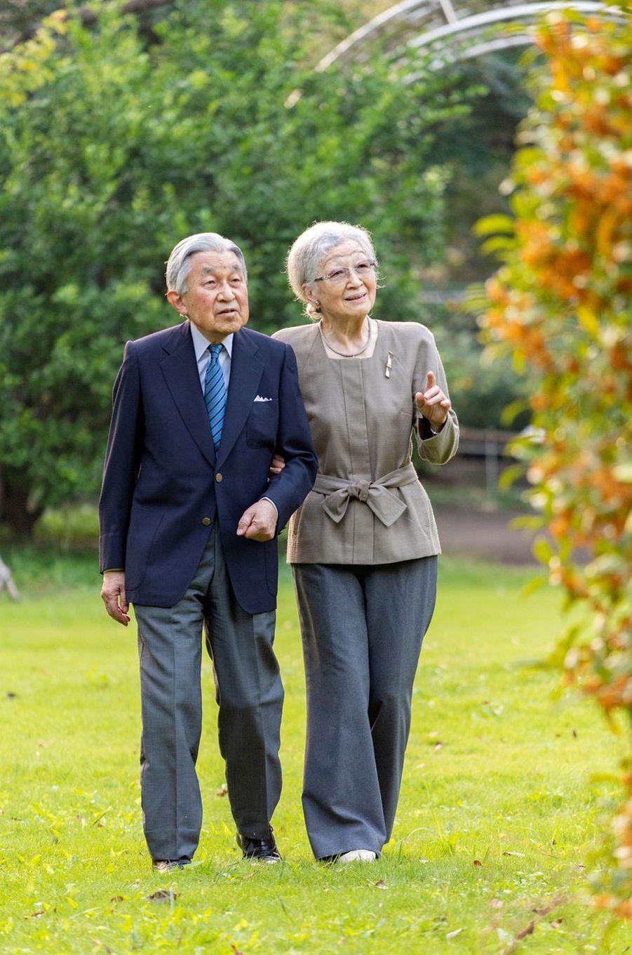 L'ex-impératrice Michiko du Japon, avec son époux l'ex-empereur Akihito, le 5 octobre 2020 dans leur jardin à Tokyo. Photo diffusée le 20 octobre 2020 pour son 86e anniversaire