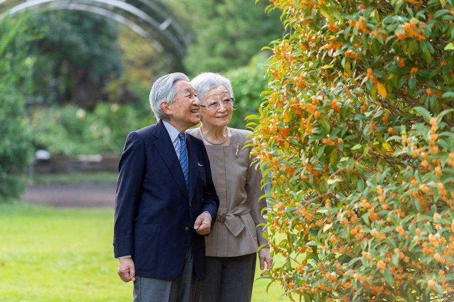 L'ex-impératrice du Japon Michiko avec l'ex-empereur Akihito, le 5 octobre 2020 dans leur jardin à Tokyo. Photo diffusée le 20 octobre 2020 pour son 86e anniversaire