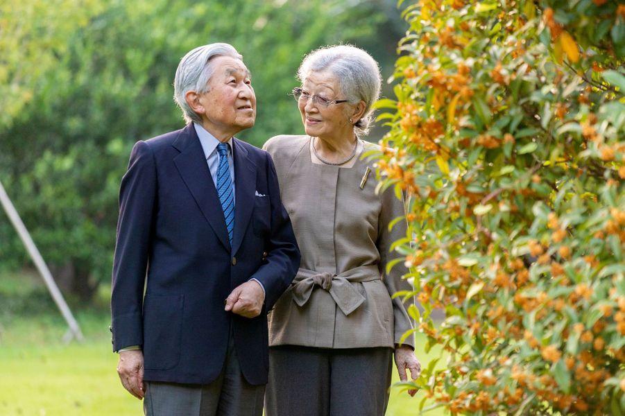 L'ex-impératrice Michiko, avec l'ex-empereur Akihito de Japon, le 5 octobre 2020 dans leur jardin à Tokyo. Photo diffusée le 20 octobre 2020 pour son 86e anniversaire