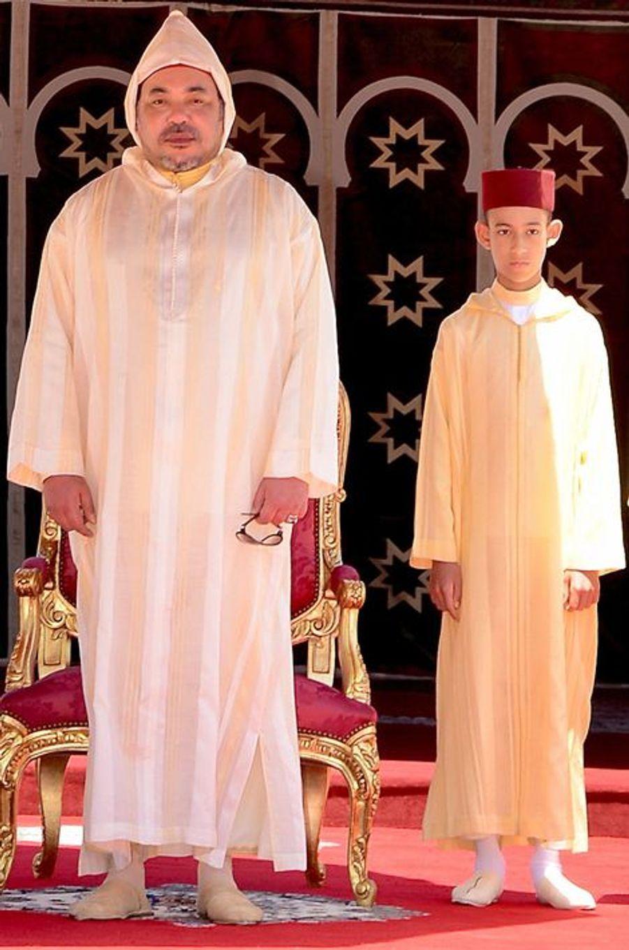 Le roi Mohammed VI du Maroc avec son fils Moulay El Hassan à Rabat, le 30 juillet 2015