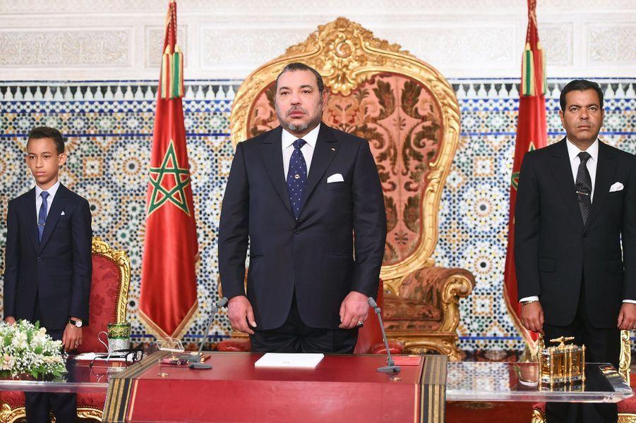 Le roi Mohammed VI du Maroc avec son fils Moulay El Hassan et son frère Moulay Rachid à Rabat, le 30 juillet 2015