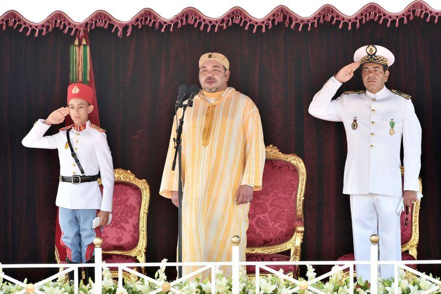 Le roi Mohammed VI du Maroc avec son fils Moulay El Hassan et son frère Moulay Rachid à Rabat, le 31 juillet 2015