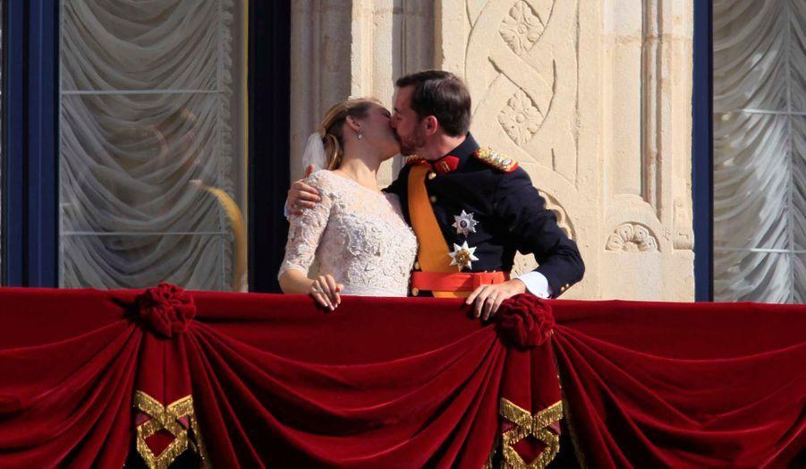 Guillaume, le grand-duc héritier de Luxembourg, et Stéphanie, comtesse de Lannoy, se sont mariés en la Cathédrale Notre-Dame de Luxembourg ce samedi. Le couple est ensuite apparu au balcon du Palais grand-ducal, où il a échangé un baiser, pour le plus grand bonheur du public venu les féliciter.