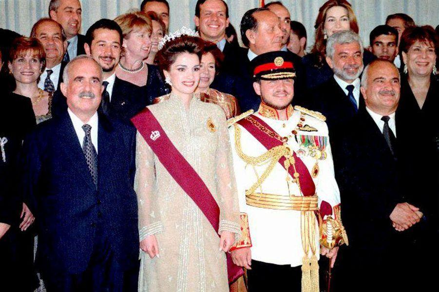 Le roi Abdallah II de Jordanie, le jour de son intronisation, avec la reine Rania et les membres de la famille royale, le 9 juin 1999