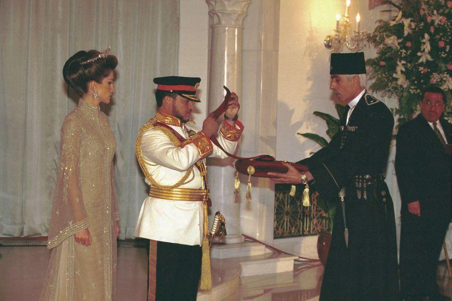 Le roi Abdallah II de Jordanie, avec la reine Rania, le jour de son intronisation le 9 juin 1999 à Amman