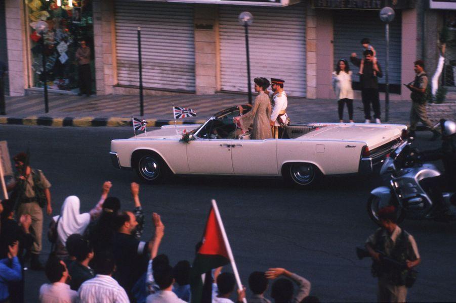Le roi Abdallah II de Jordanie, avec la reine Rania, dans les rues d'Amman le jour de son intronisation le 9 juin 1999