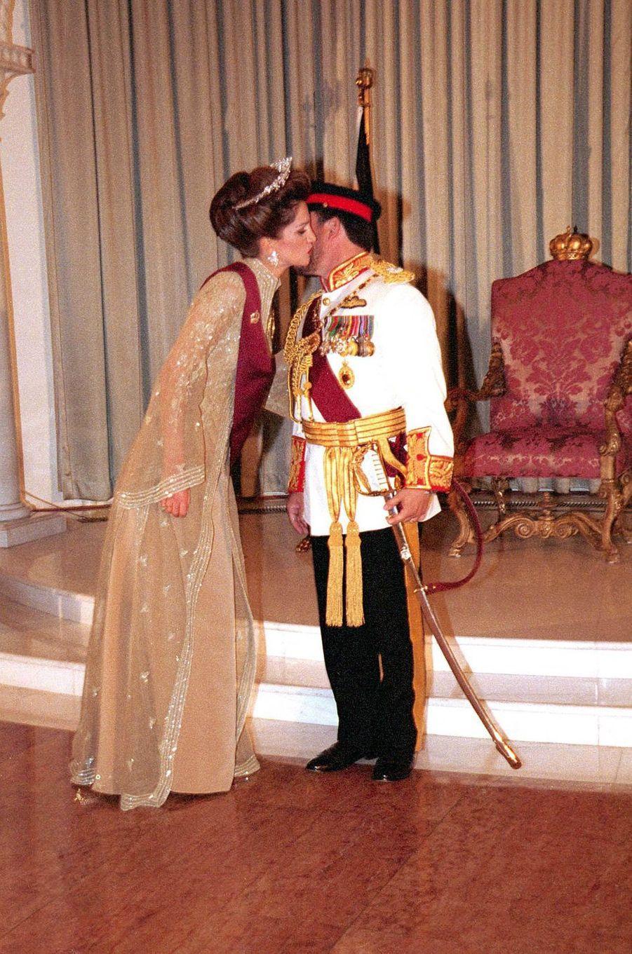 La reine Rania est décorée par son époux le roi Abdallah II de Jordanie à Amman, le 9 juin 1999