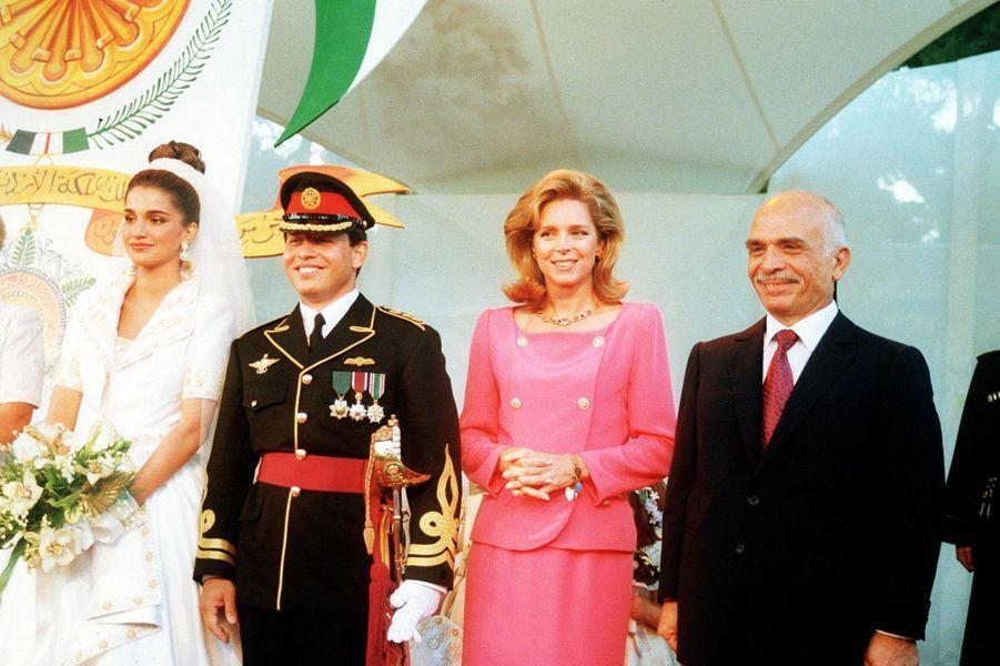 Rania Al-Yassin et le prince Abdallah de Jordanie, le 10 juin 1993, avec le roi Hussein et la reine Noor