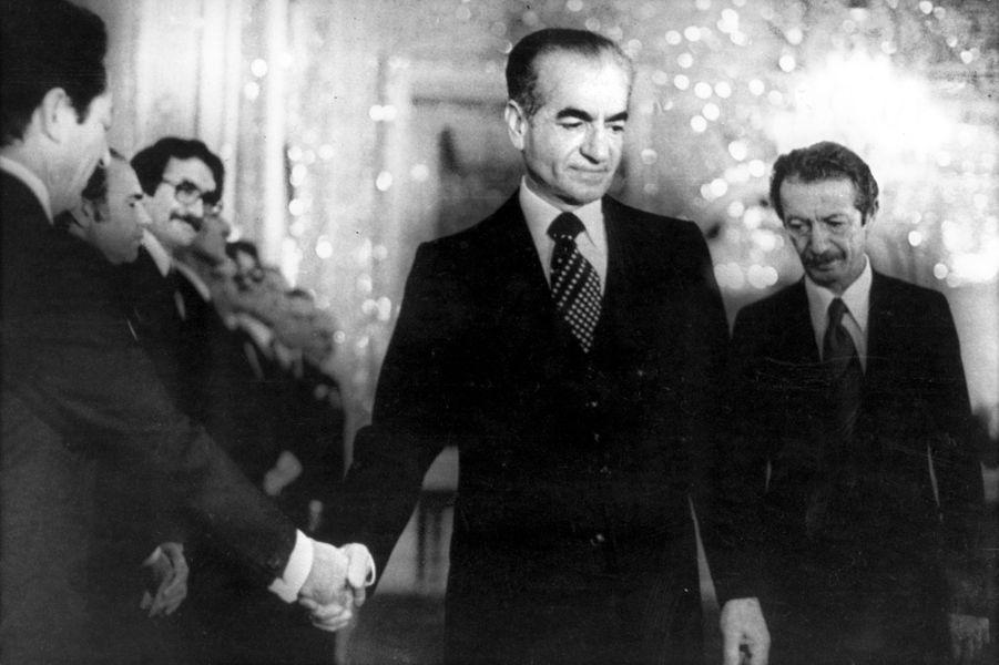Le chah d'Iran Mohammad Reza Pahlavi serre la main deShapour Bakhtiar à Téhéran, le 6 janvier 1979