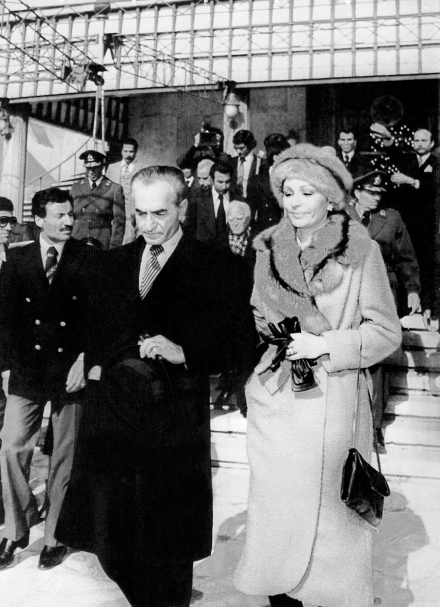 Le chah d'Iran Mohammad Reza Pahlavi et la chahbanou Farah Diba partent en exil, le 16 janvier 1979