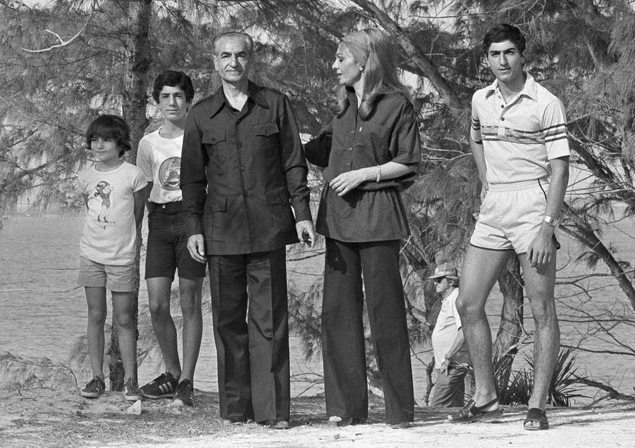 Le chah d'Iran Mohammad Reza Pahlavi avec la chahbanou Farah Diba et trois de leurs enfants aux Bahamas, le 30 mars 1979