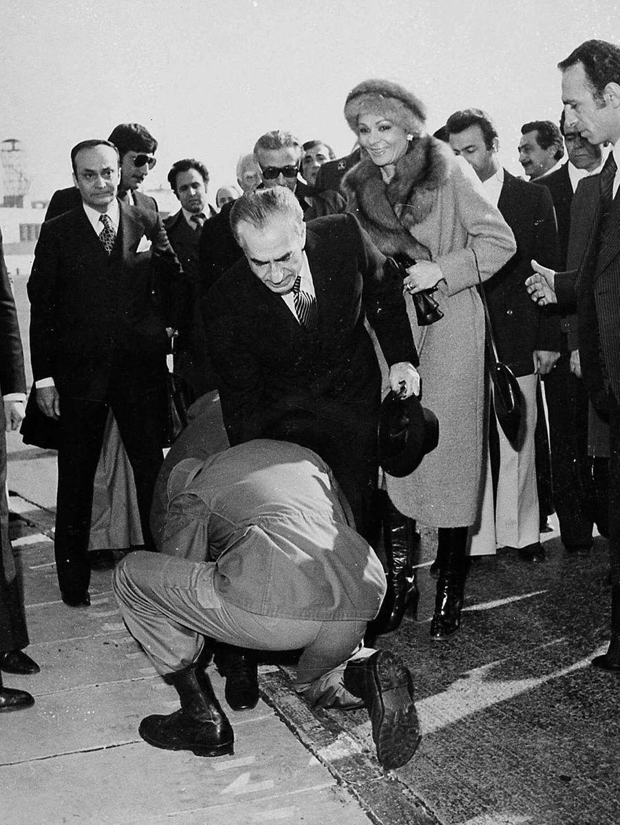 Un militaire baise les pieds du chah d'Iran Mohammad Reza Pahlavi lors de son départ de Téhéran, le 16 janvier 1979