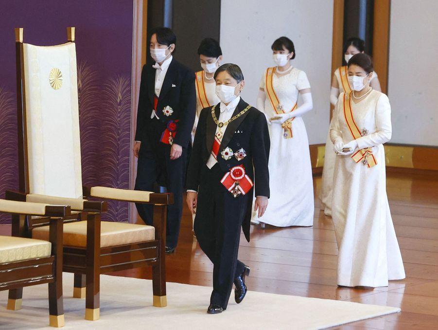 L'empereur Naruhito du Japon et l'impératrice Masako avec le prince héritier Fumihito d'Akishino, la princesse Kiko et leurs filles les princesses Mako et Kako à Tokyo, le 1er janvier 2021