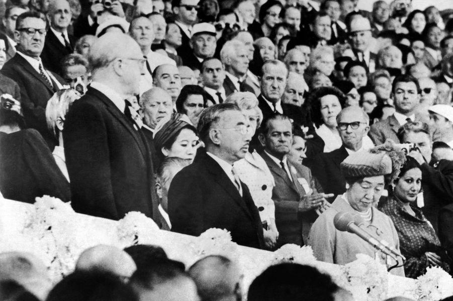 L'empereur du Japon Hirohito et l'impératrice Nagako lors de la cérémonie d'ouverture des JO de Tokyo, le 11 octobre 1964