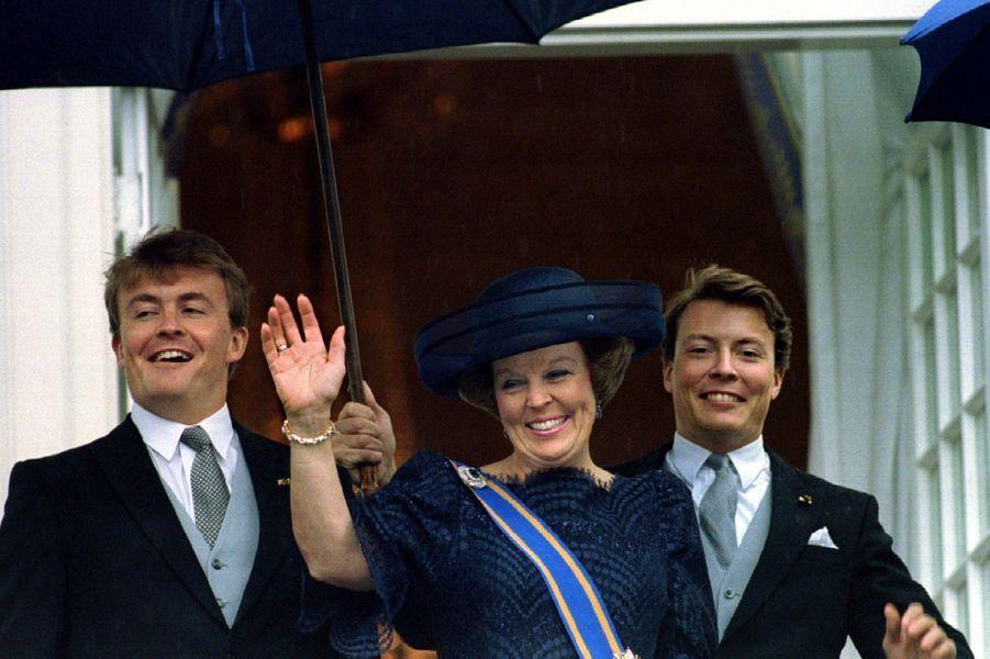 Au balcon avec sa mère Beatrix et son frère Constantijn, en septembre 1994