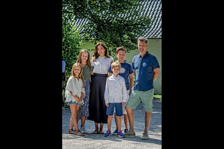 Le prince héritier de Danemark, Frederik, et la princesse Mary entourés de leurs enfants (de g. à dr.) : Joséphine, 8 ans, Isabella, 11 ans, Vincent, 8 ans, et Christian, 13 ans.