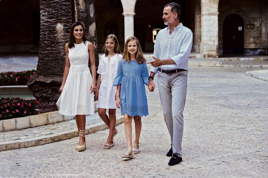 Felipe VI et Letizia d'Espagne avec leurs filles, Leonor, 13 ans (à g.), et Sofia, 11 ans, cet été à Palma.