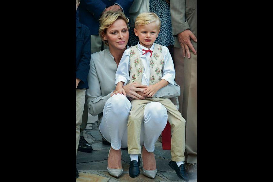 . Charlène et son fils, Jacques, prince héritier, lors du piquenique traditionnel de Monaco, le 31 août.