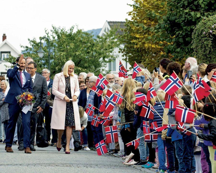 Mette-Marit de Norvège et le prince héritier lors d'un déplacement dans le comté de Vestfold, en septembre 2018.